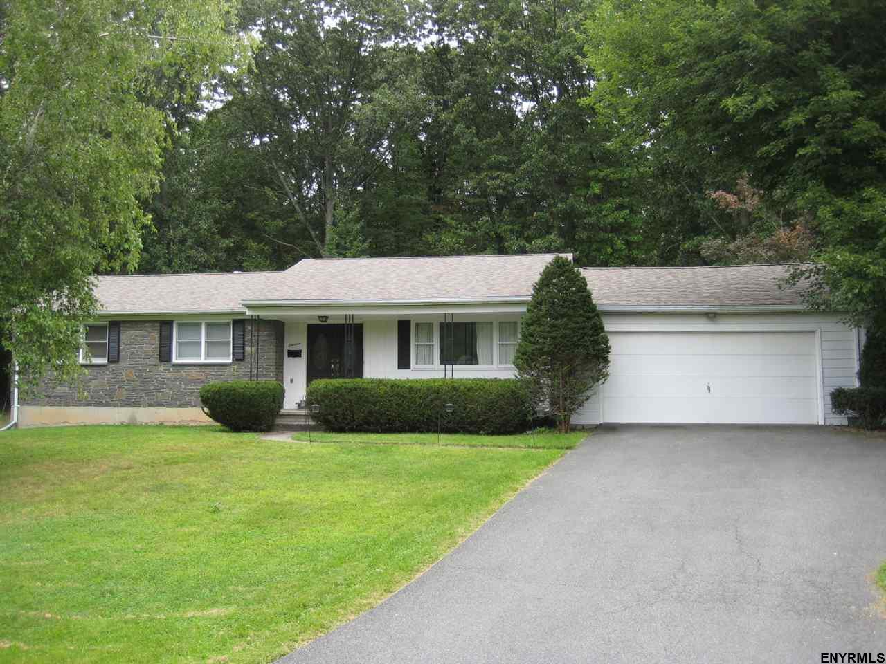 14 Boncroft Dr, East Greenbush, NY 12061