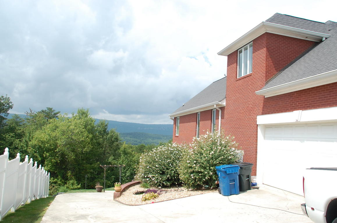 311 Cloudcrest Dr, Rossville, GA 30741