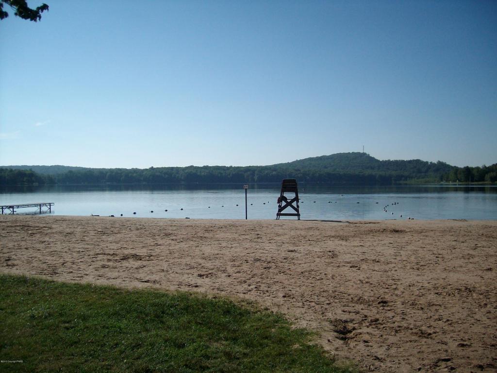 20 N Arrow Dr, Pocono Lake, PA 18347