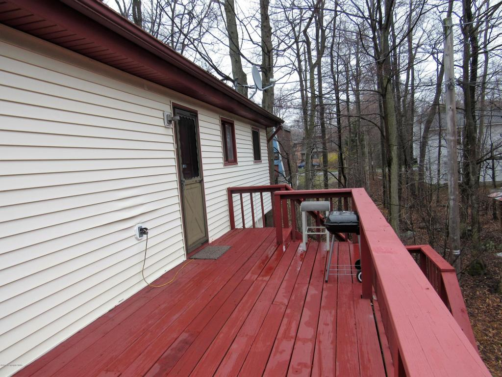 1482 Waterfront Dr, Tobyhanna, PA 18466