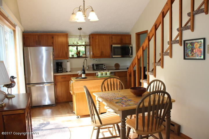 608 Old Stage Rd, Albrightsville, PA 18210