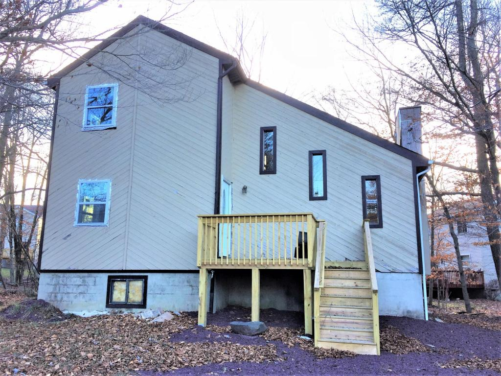 1208 Country Place Drive, Tobyhanna, PA 18466