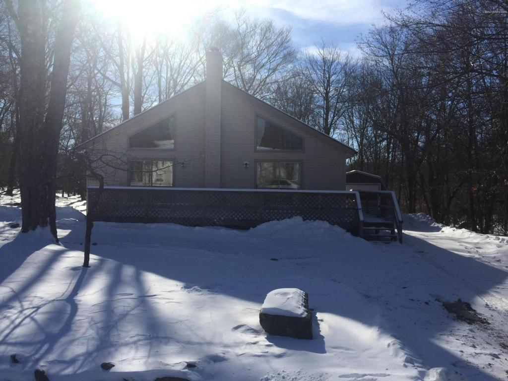 833 Country Place Dr, Tobyhanna, PA 18466