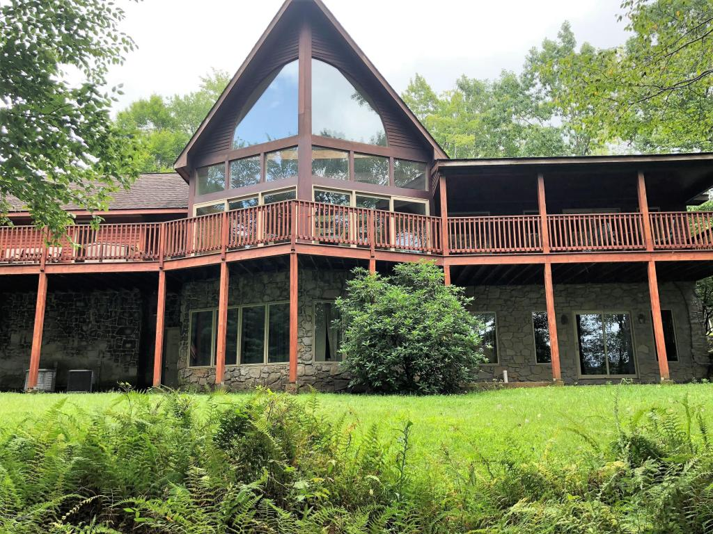53 Rock Ridge Rd, Lake Harmony, PA 18624