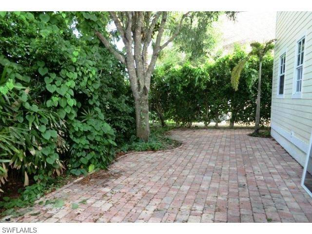377 Leawood Cir, Naples, FL 34104