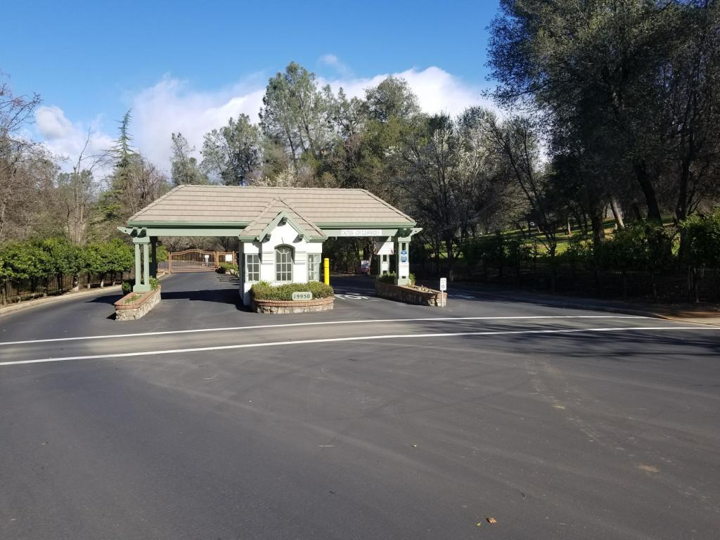 13390 Tierra Heights Rd, Redding, CA 96003