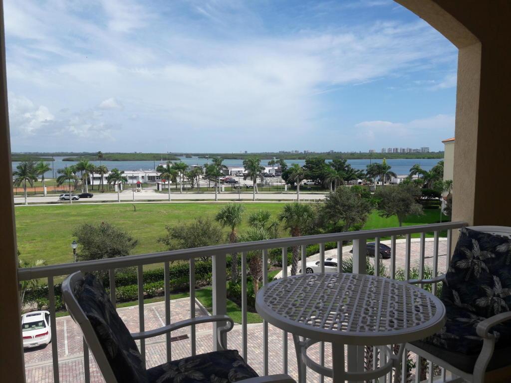 37 Harbour Isle E Drive, Fort Pierce, FL 34949