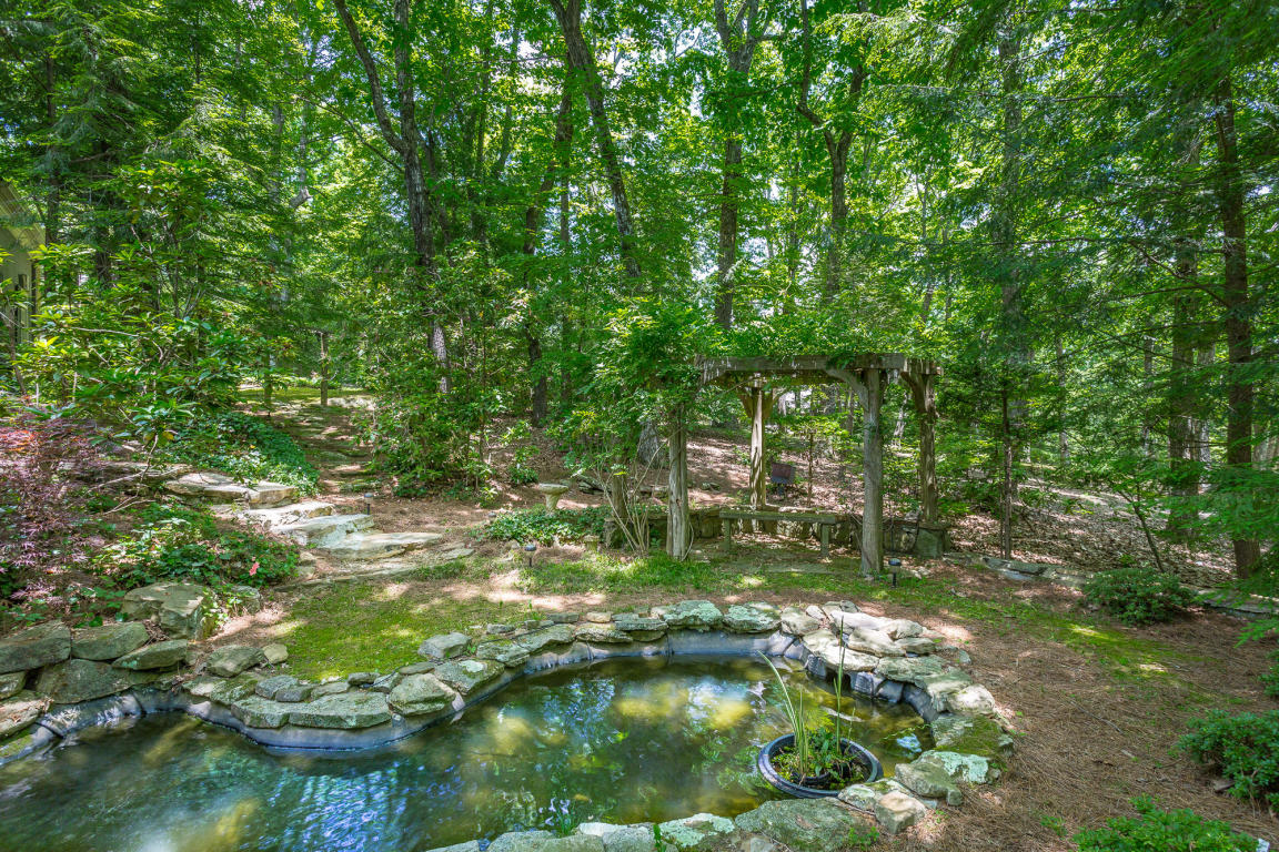1 Woodhill Dr, Lookout Mountain, TN 37350