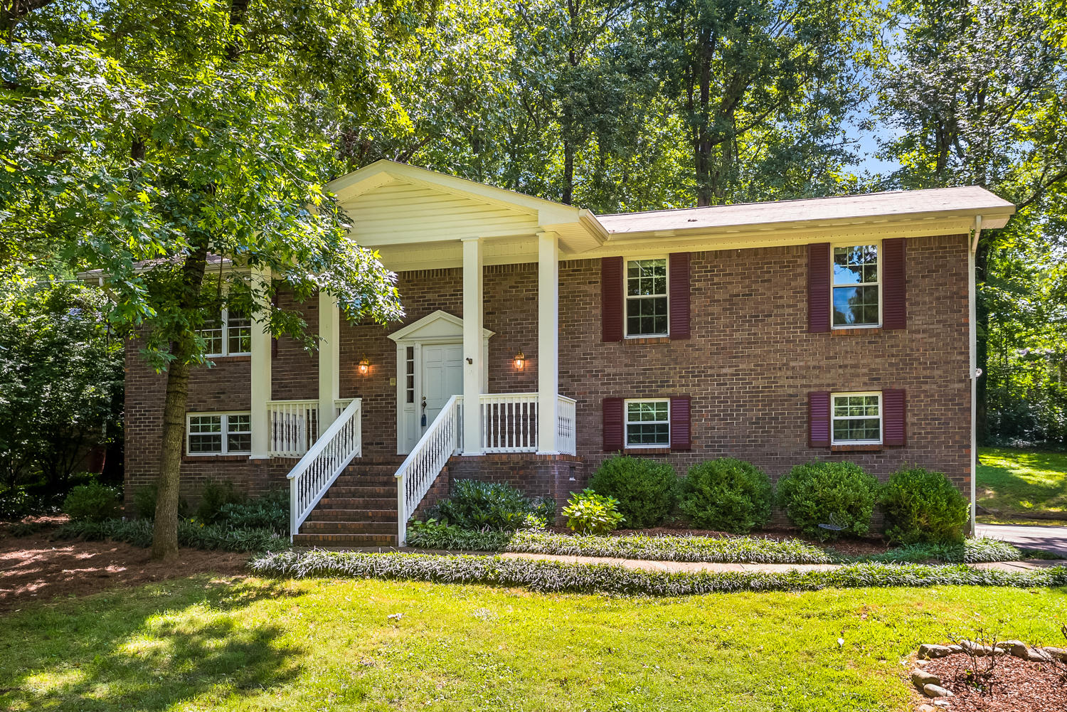 506 S Palisades Dr, Signal Mountain, TN 37377
