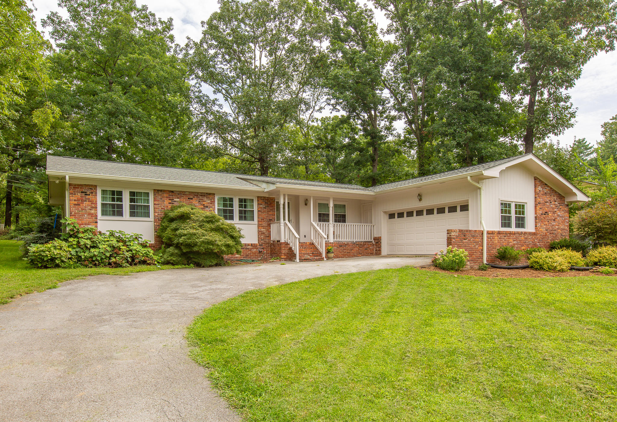 202 Pinehurst Ln, Signal Mountain, TN 37377