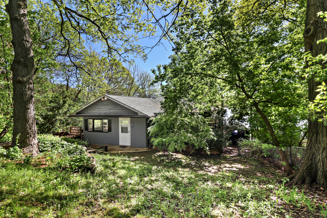 221 W Lake Shore Drive, Oakwood Hills, IL 60013