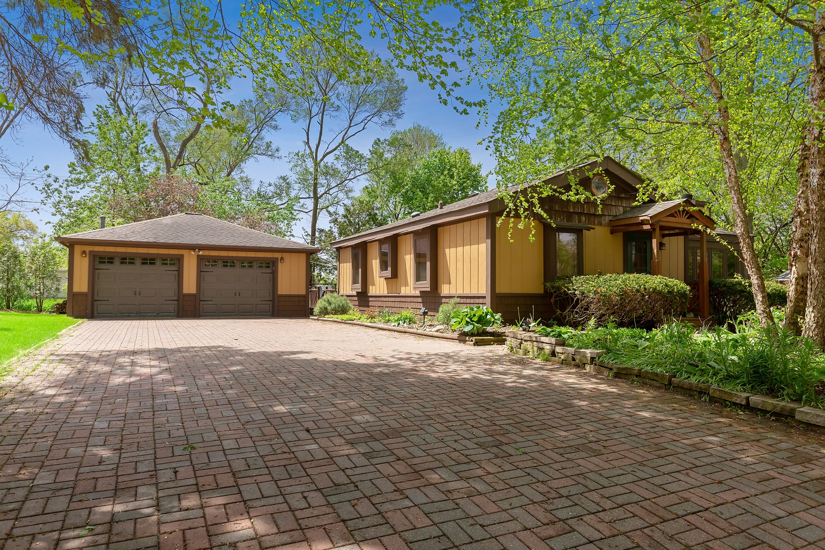 16 E Oak Street, Lake In The Hills, IL 60156