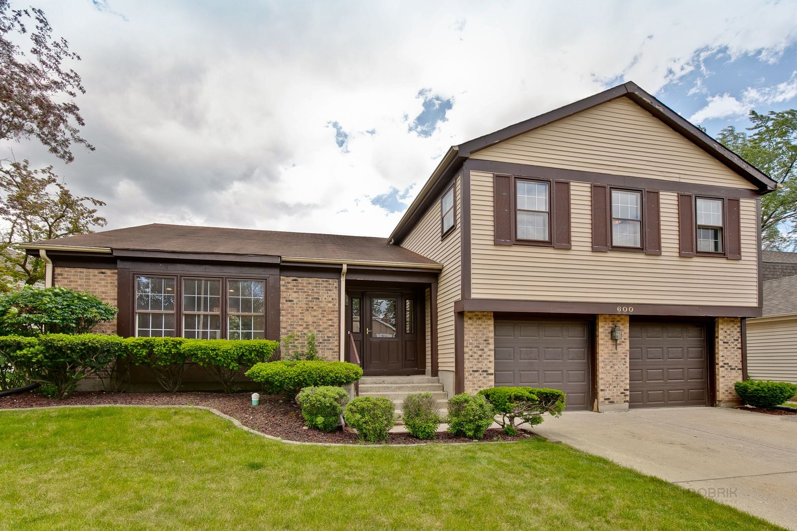 600 Cobblestone Lane, Buffalo Grove, IL 60089