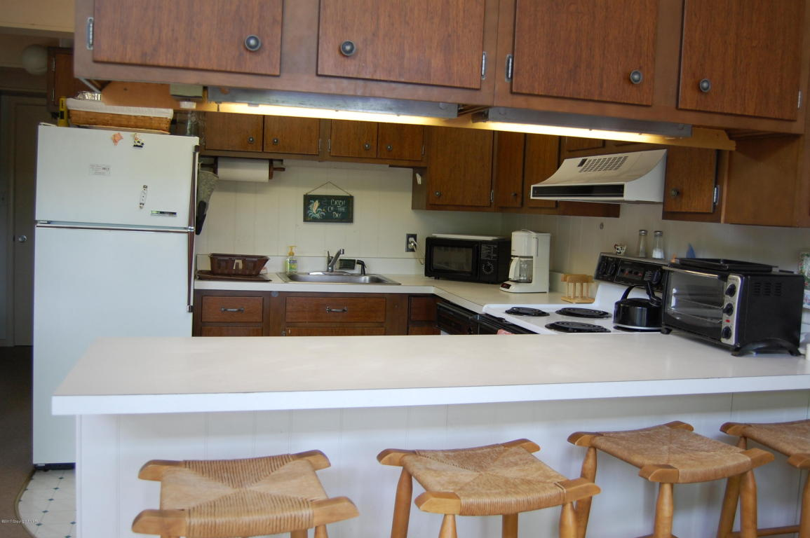 6198 Lakeview Dr, Pocono Pines, PA 18350