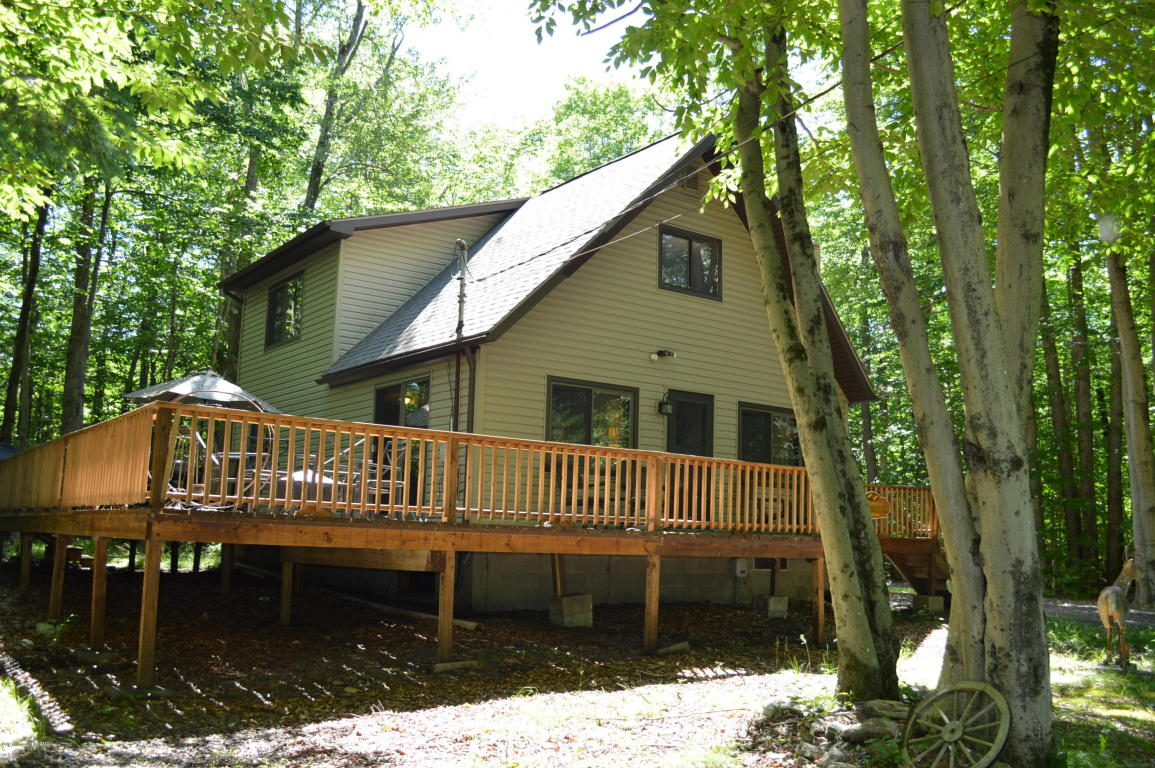 7136 Winnebago Dr, Pocono Lake, PA 18347