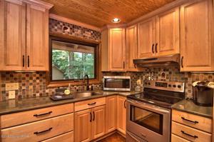 6167 Lakeview Dr, Pocono Pines, PA 18350