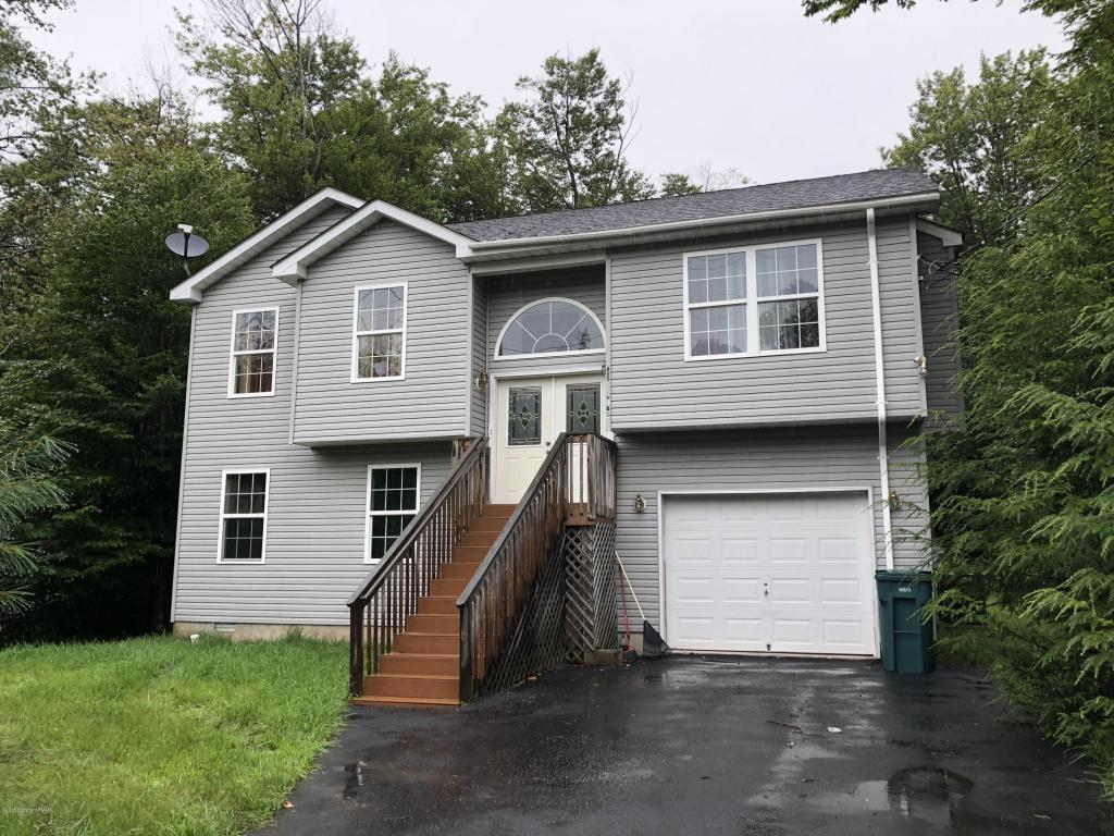 1049 Country Place Dr, Tobyhanna, PA 18466