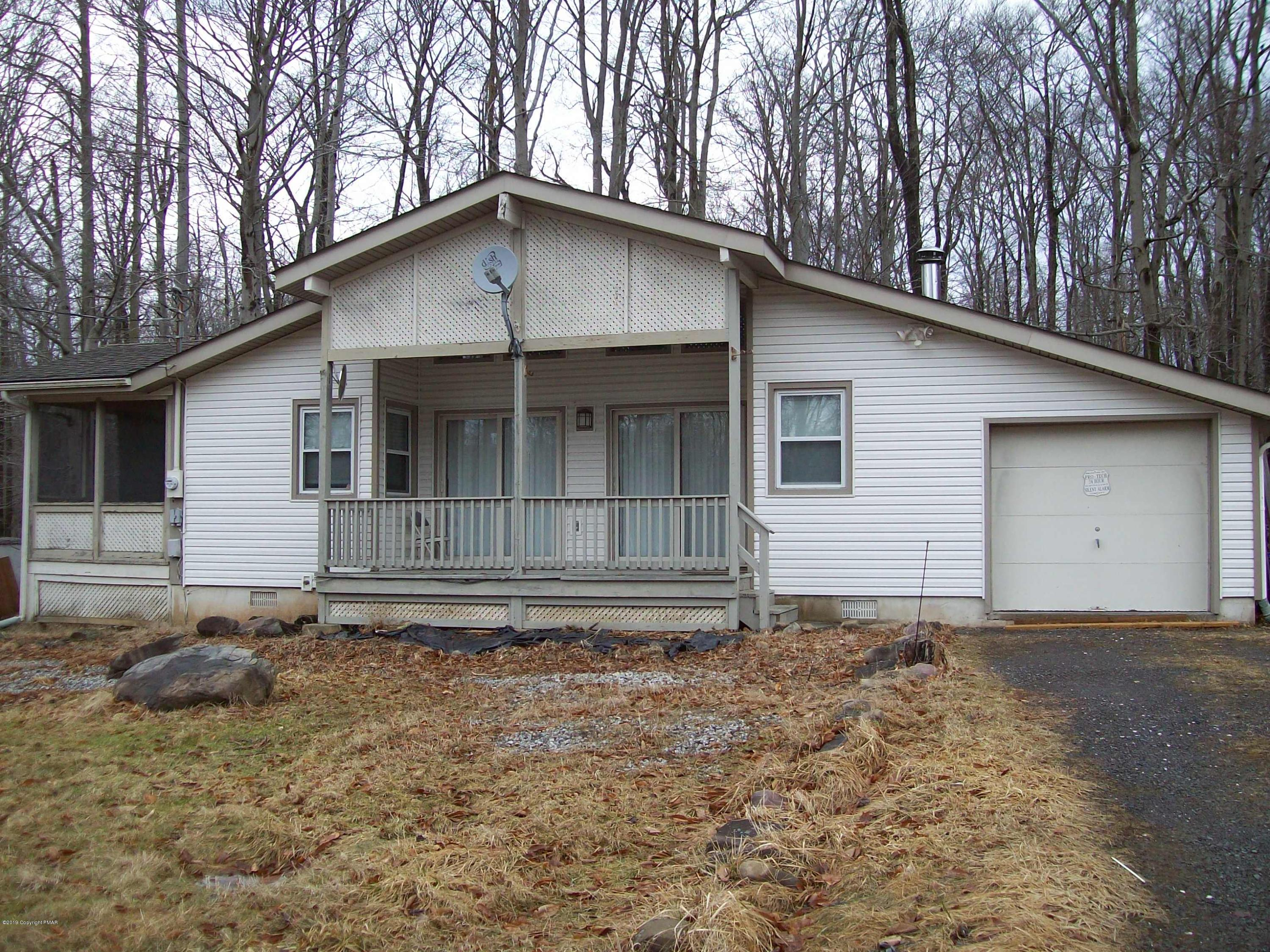 1067 S Country Place Dr, Tobyhanna, PA 18466