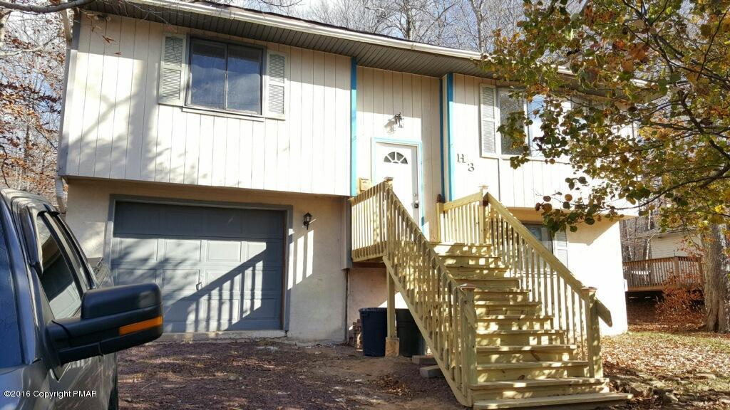 1063 S Country Place Dr, Tobyhanna, PA 18466