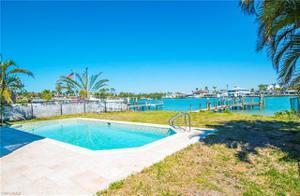 17 Pelican St E, Naples, FL 34113