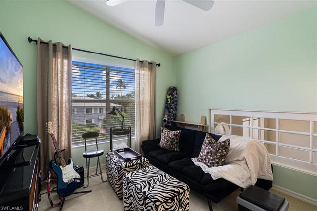 974 5th St S, Naples, FL 34102