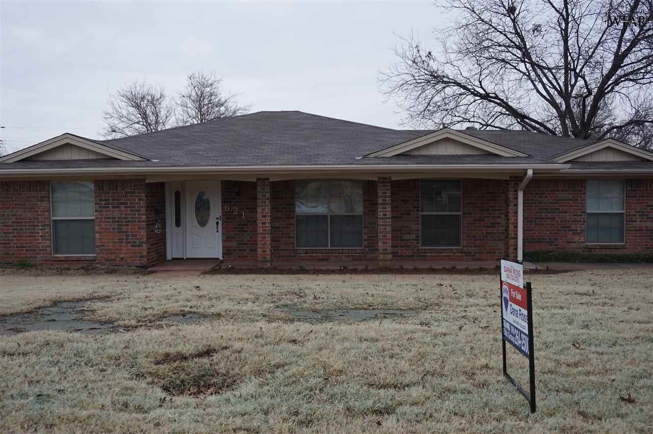 621 W Clara Avenue, Iowa Park, TX 76367